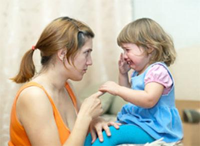 Девочка плачет. Мама пытается ее успокоить, но при этом полна серьезности