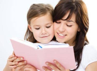 Мама вместе с дочкой изучают материал в книге