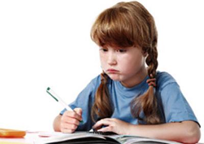 Озадаченная девочка пишет сочинение
