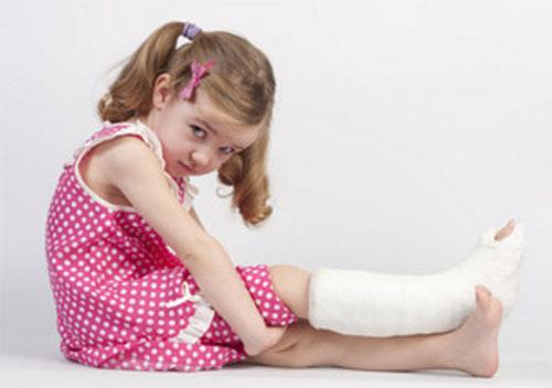 Сидит девочка с загипсованной ногой