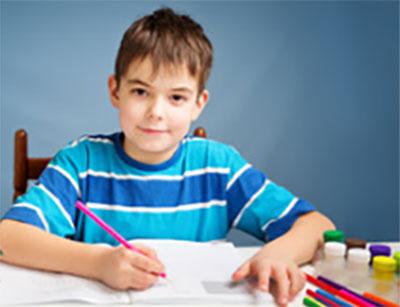 Семилетний мальчик рисует