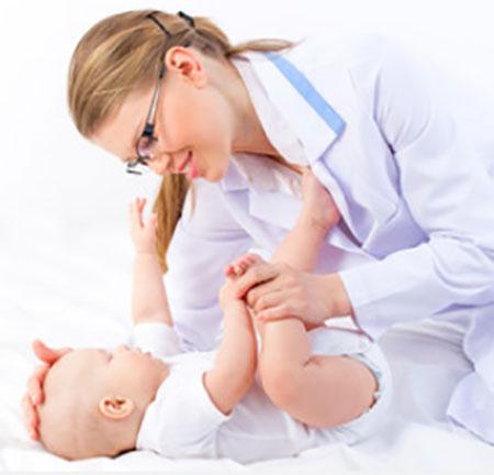 Доктор осматривает грудничка