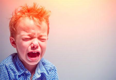 Мальчик с приступом истерики