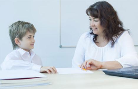 Ребенок мило беседует с учителем