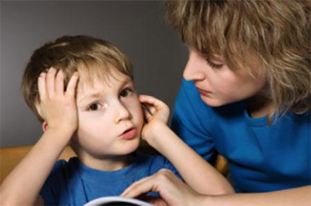 Мальчик пересказывает маме услышанный материал
