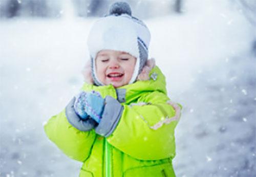 Замерзший малыш на улице под снегом