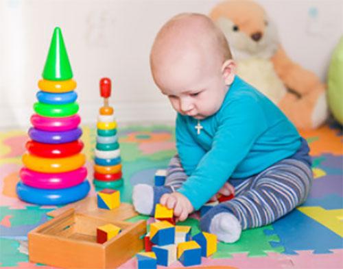 Ребенок до года увлечен игрушками