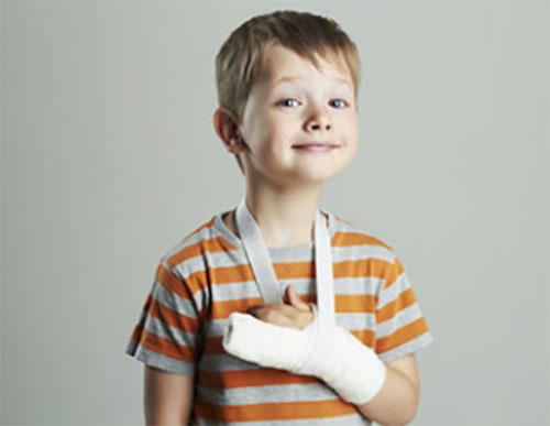 Мальчик с загипсованной рукой