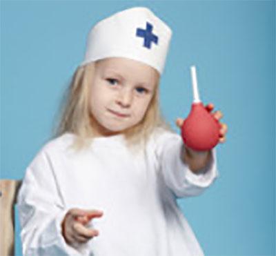 Девочка в костюме доктора с клизмой в руках