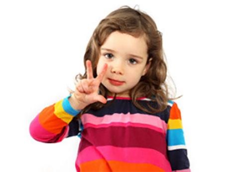 Девочка показывает на пальцах, что ей три годика