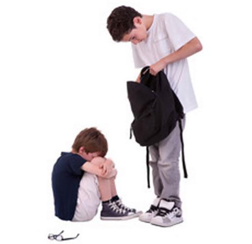 Мальчик постарше отнял у младшего рюкзак и роется в нем