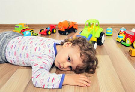 Уставший мальчик разлегся на полу