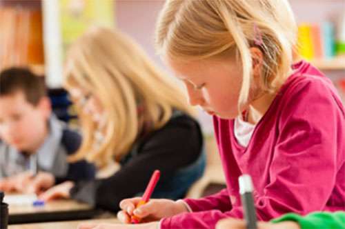 Дети пишут диктант