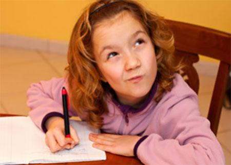 Девочка задумалась над тем, что дальше писать