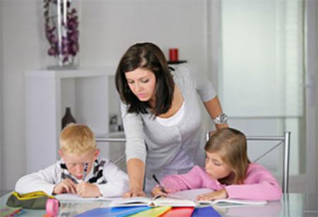 Мама объясняет своим детям, как нужно писать