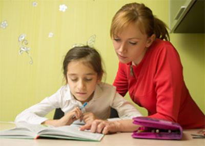 Мама с дочкой разбирают слова в учебнике