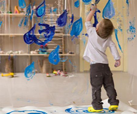 Ребенок рисует на стекле