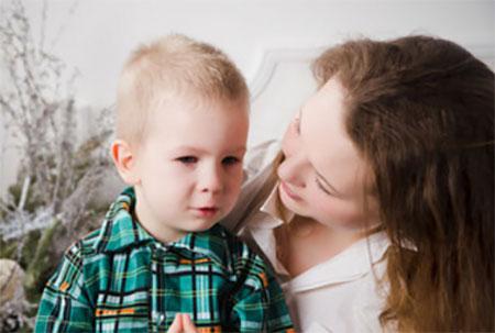 Мама спокойно разговаривает с сыном