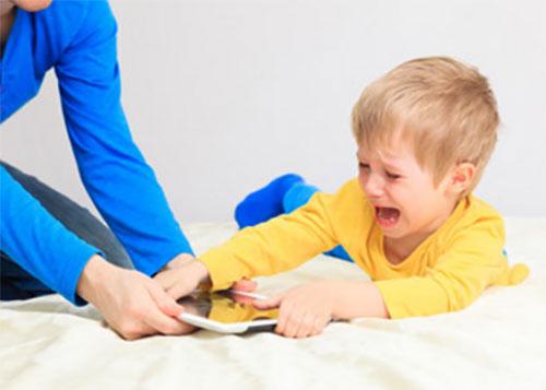 У ребенка пытаются забрать планшет а он не хочет отдавать