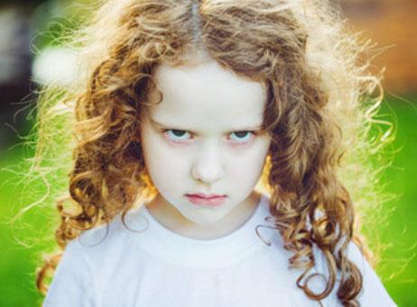 Серьезная девочка, обиженная