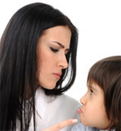 Мама сердито смотрит на обиженного ребенка, грозится пальцем