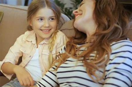 Мама с дочкой весело беседуют