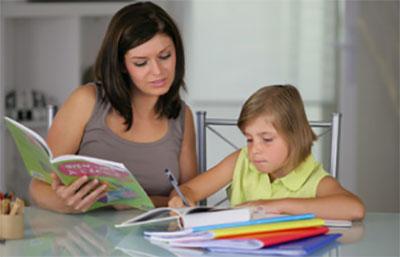 Мама надиктовывает текст ребенку
