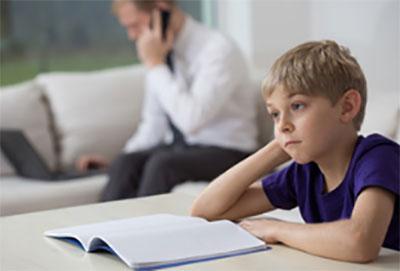 Ребенок сидит в задумчивости перед открытой тетрадью