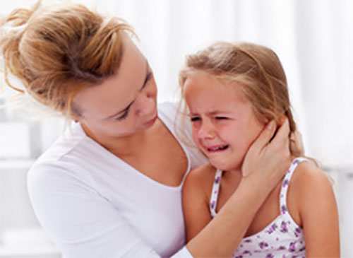 Девочка плачет, мама пытается ее успокоить