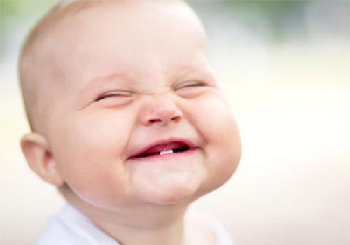 Улыбающийся маленький ребенок