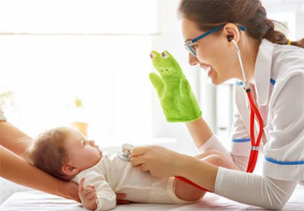 Доктор осматривает грудного ребенка