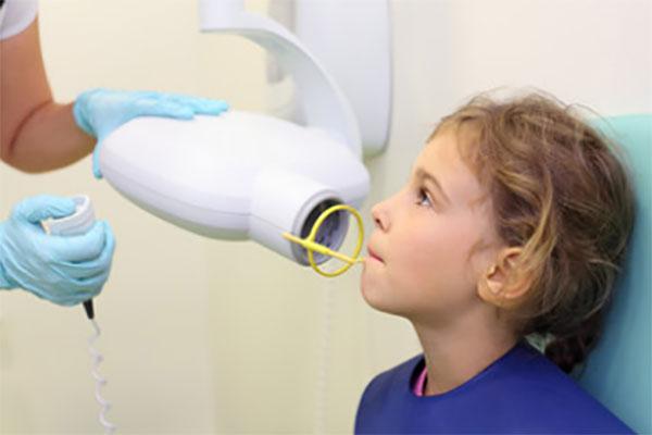 Девочке делают стоматологический снимок