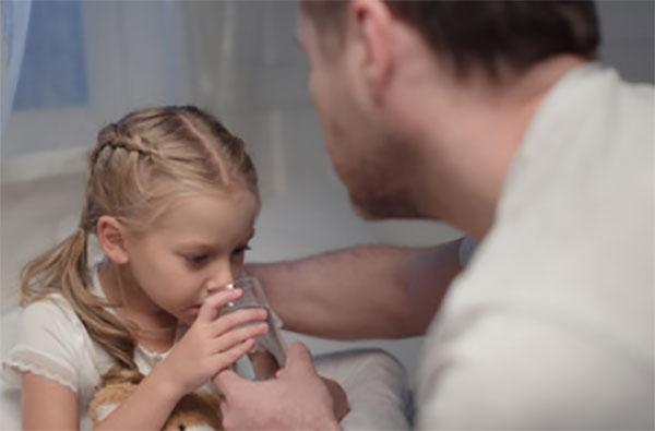 Папа дал дочери стакан воды, она пьет