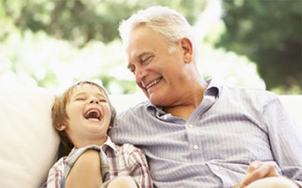 Мальчик смеется вместе с дедушкой