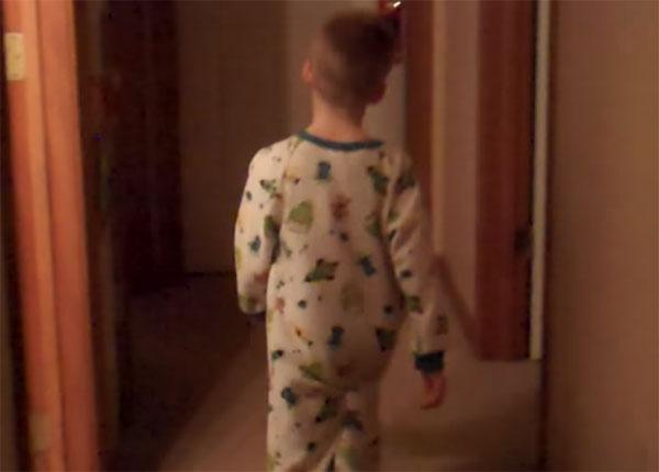 Мальчик ходит ночью по коридору