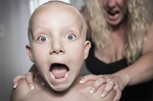 Кричащий мальчик, сзади него мама, которая что-то кричит и трясет его