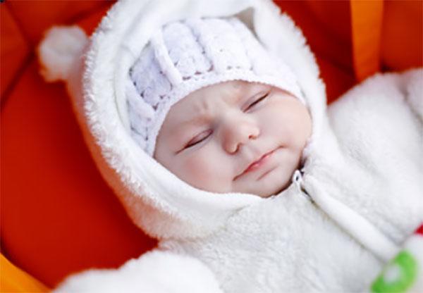 Тепло одетый грудной ребенок