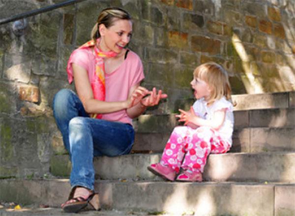 Мама рассказывает дочке считалочку