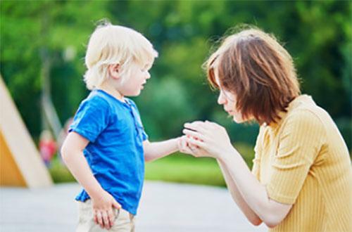 Мама держит в руках ручку мальчика