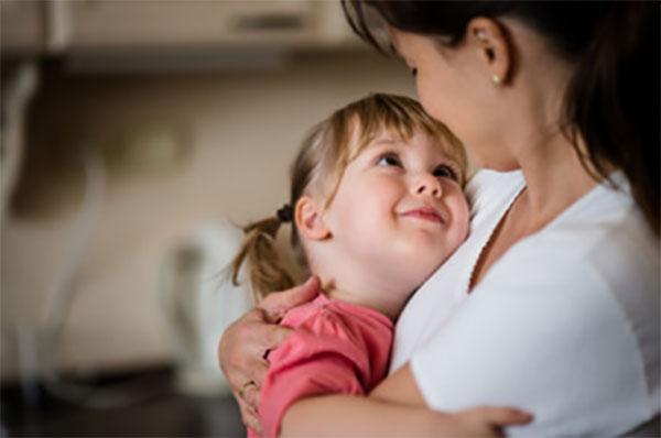 Мама крепко обнимает дочку