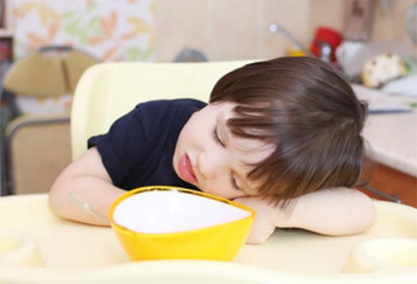 Ребенок положил голову на стол и не хочет кушать