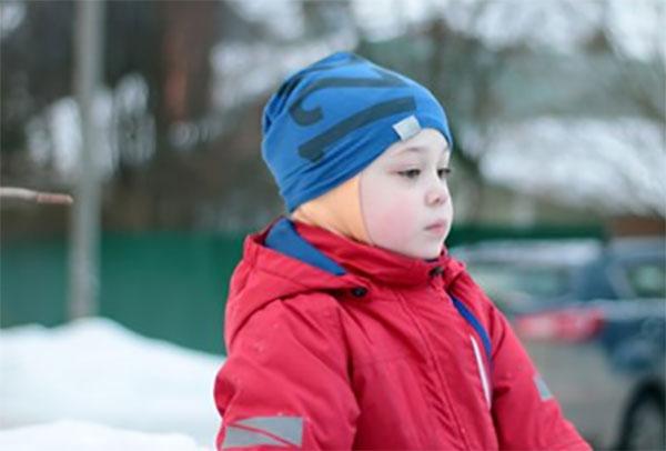 Ребенок на улице с красными щеками, замерз
