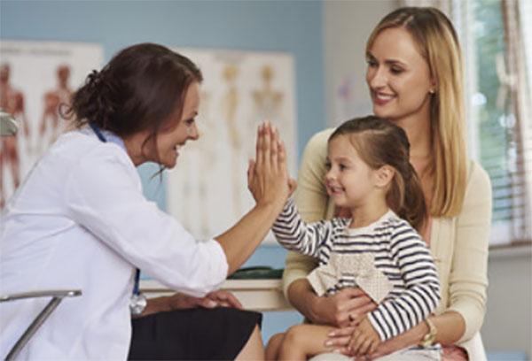 Девочка с мамой пришли на осмотр к врачу