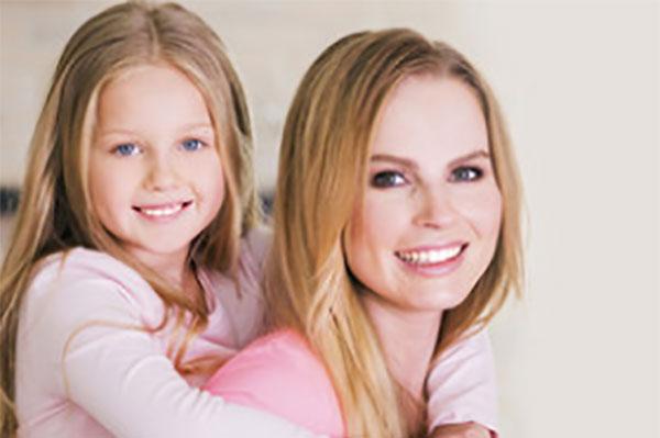 Счастливая дочь обнимает счастливую маму