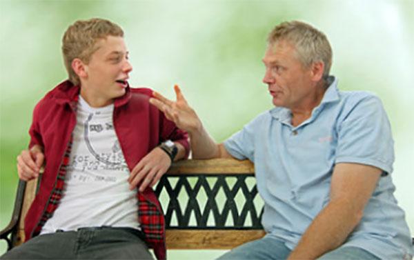 Мужчина что-то объясняет подростку