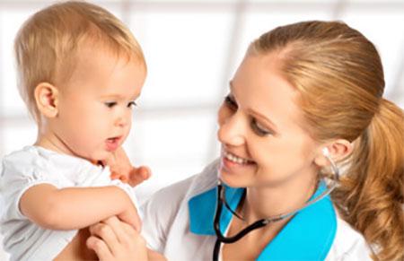 Доктор осматривает маленького ребенка