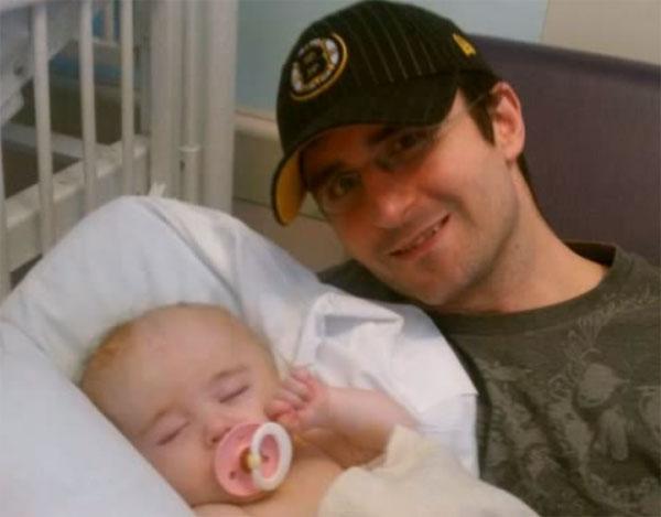 Отец с ребенком с гидроцефалией
