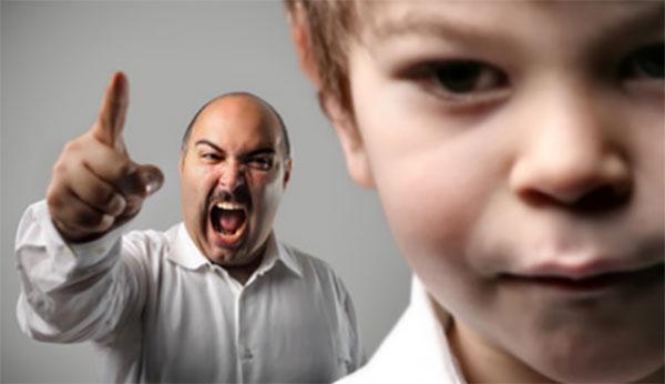 Отец кричит на сына, ругает его