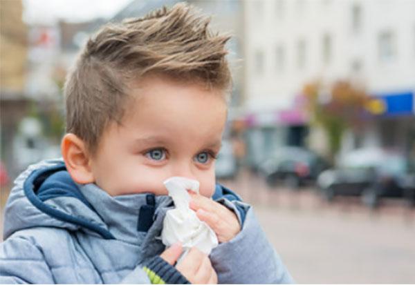 Мальчик с носовым платочком у носа