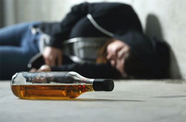 Девушка лежит на полу рядом бутылка спиртного